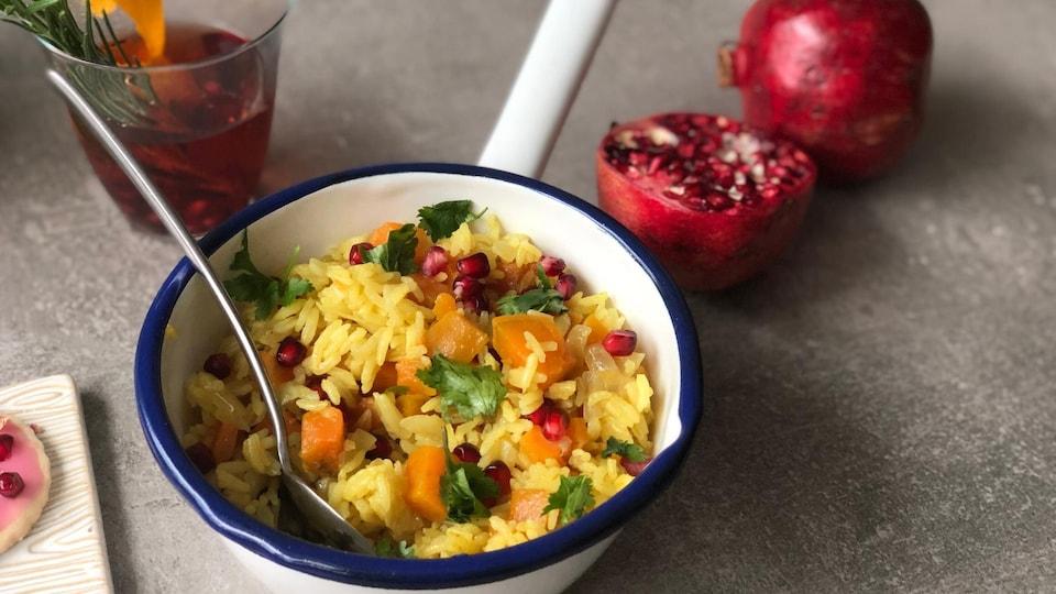 Un chaudron de riz parfumé au cari, à la patate douce et à la grenade