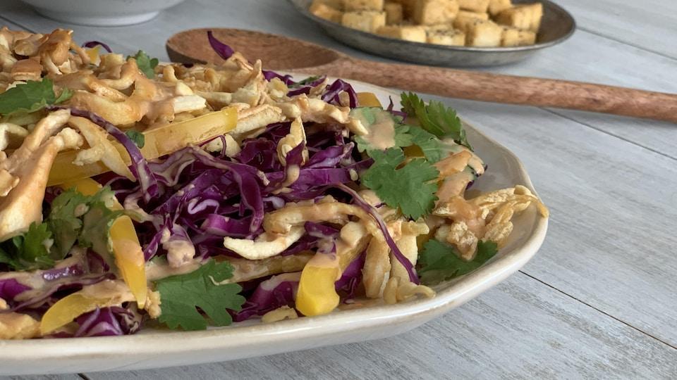 Salade thaïe au tofu et à la sauce aux arachides