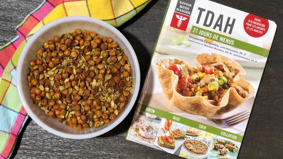 """Un bol de pois chiches et de graines de citrouilles grillées et le livre """"21 jours de menus - TDAH""""."""