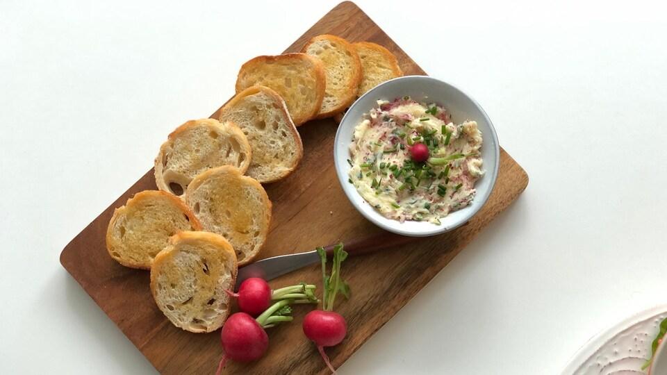 Des croûtons de pain accompagnés d'un beurre de radis.