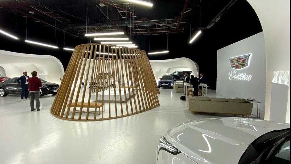 Une salle de montre de véhicules Cadillac.
