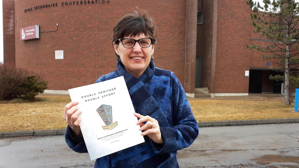 Diane Dubois pose avec son livre «Double héritage, double effort».