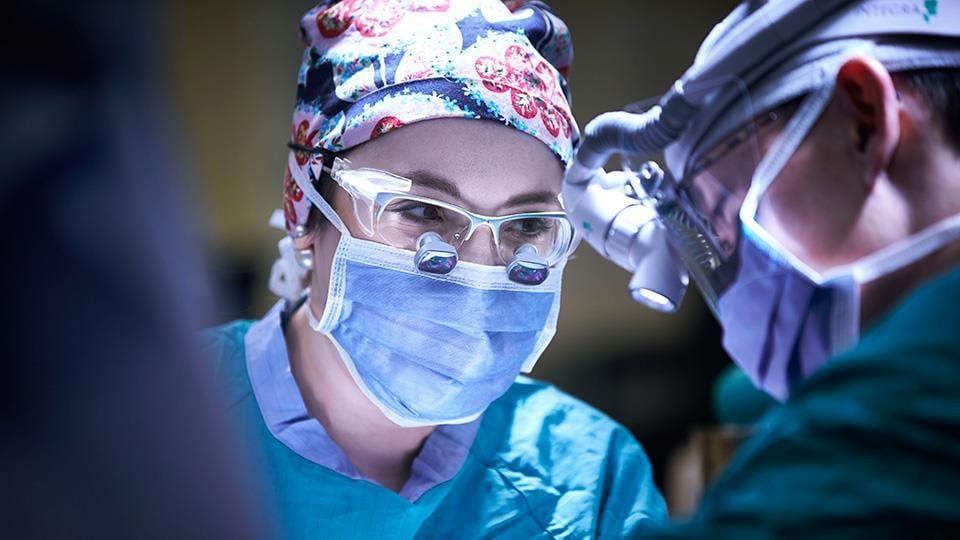 La Dre Julie-Hallet, chirurgienne-oncologue à l'Hôpital Sunnybrook, dans une salle d'opération