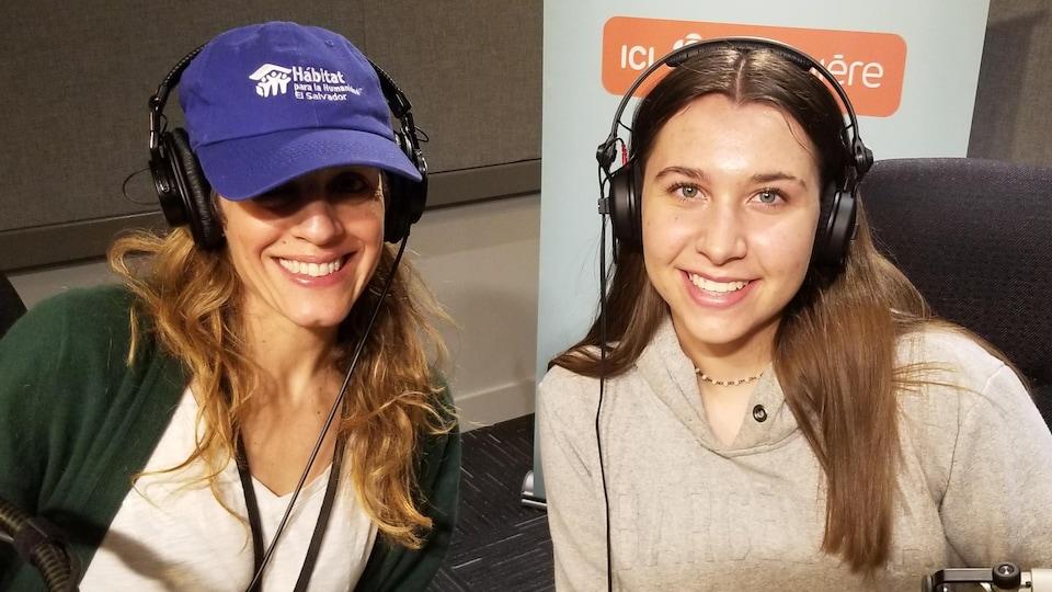 Joanne Morra et Ariane Belley derrière un micro Radio-Canada.