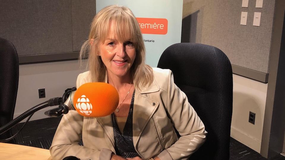 Julie Blais Comeau, spécialiste de l'étiquette, conférencière et auteure dans nos studios de Radio-Canada, à Toronto.
