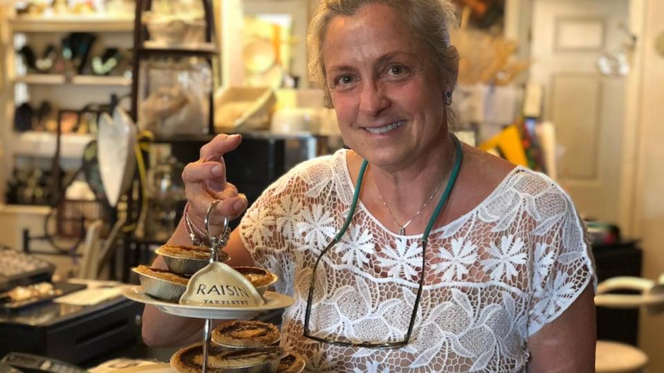 Michèle Roberts, propriétaire de la pâtisserie Tartistry tient une assiette remplie de tartelettes au beurre.
