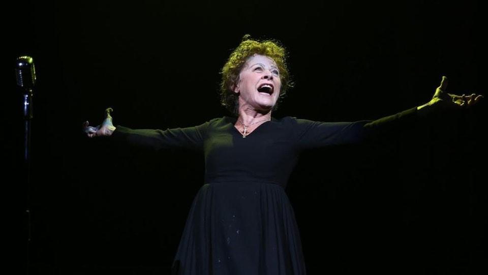 Louis Pitre, qui incarne le rôle d'Édith Piaf chante sur scène.