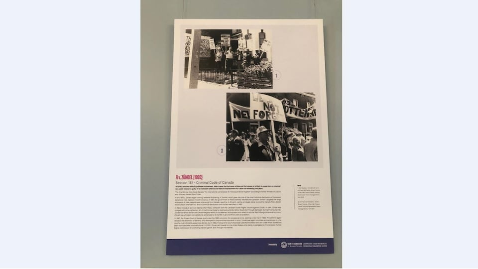 "Un panneau de l'exposition ""The Paradox Free Speech and Holocaust Denial in Canada"" avec des photos d'une manifestation."
