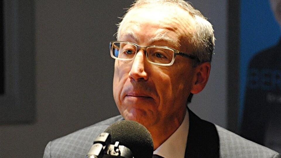 Yvon Charest en entrevue dans les studios de Radio-Canada à Québec.