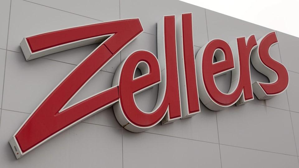 Gros plan sur l'enseigne d'un magasin Zellers.