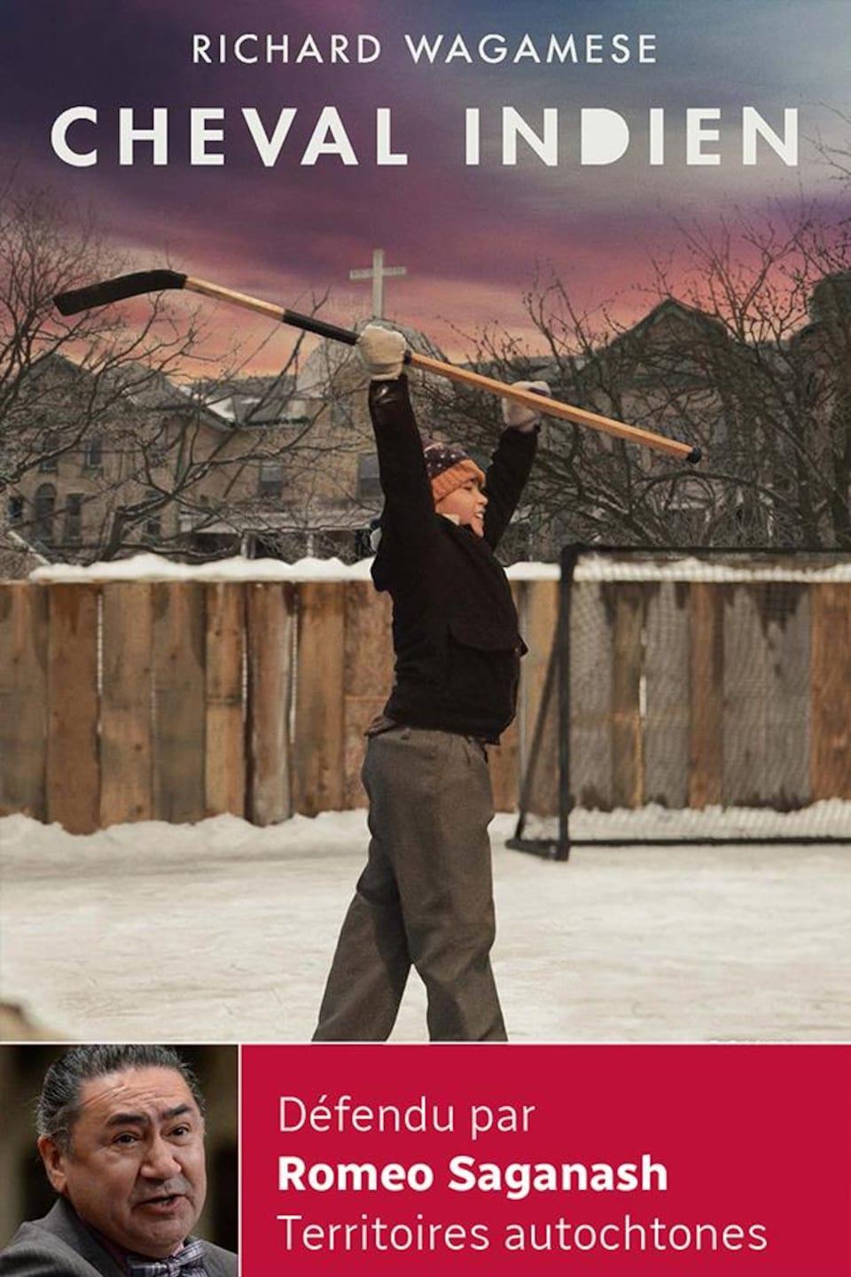 Sur la couverture du livre, on voit un jeune garçon sur une patinoire extérieure qui tient à deux mains son bâton de hockey au-dessus de sa tête