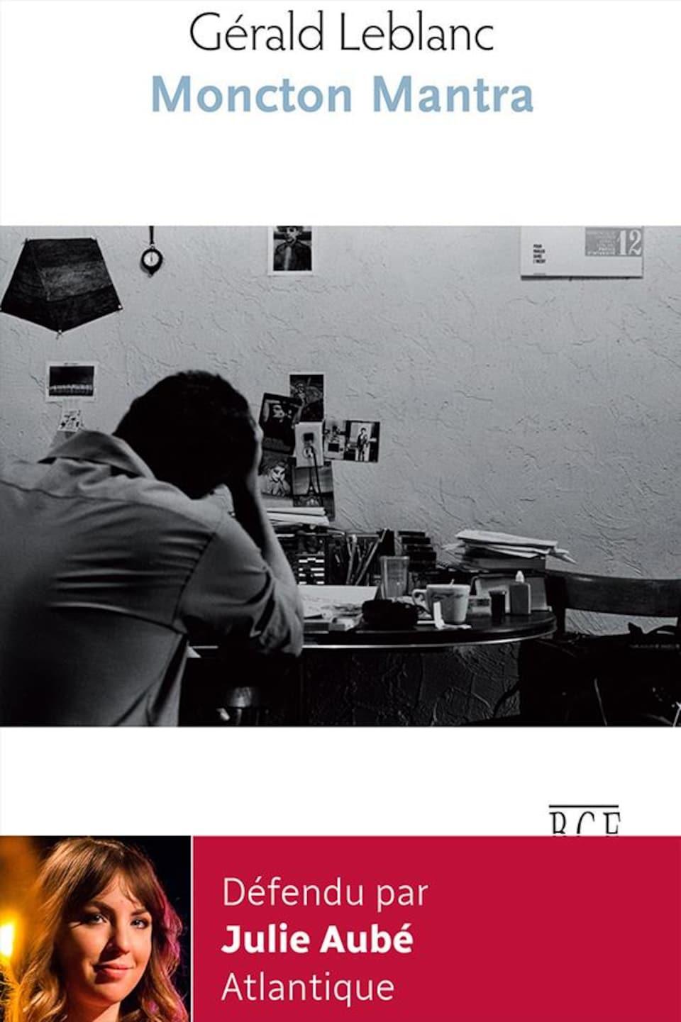 La couverture du livre Mantra montre un homme de dos à son bureau en noir en blanc.