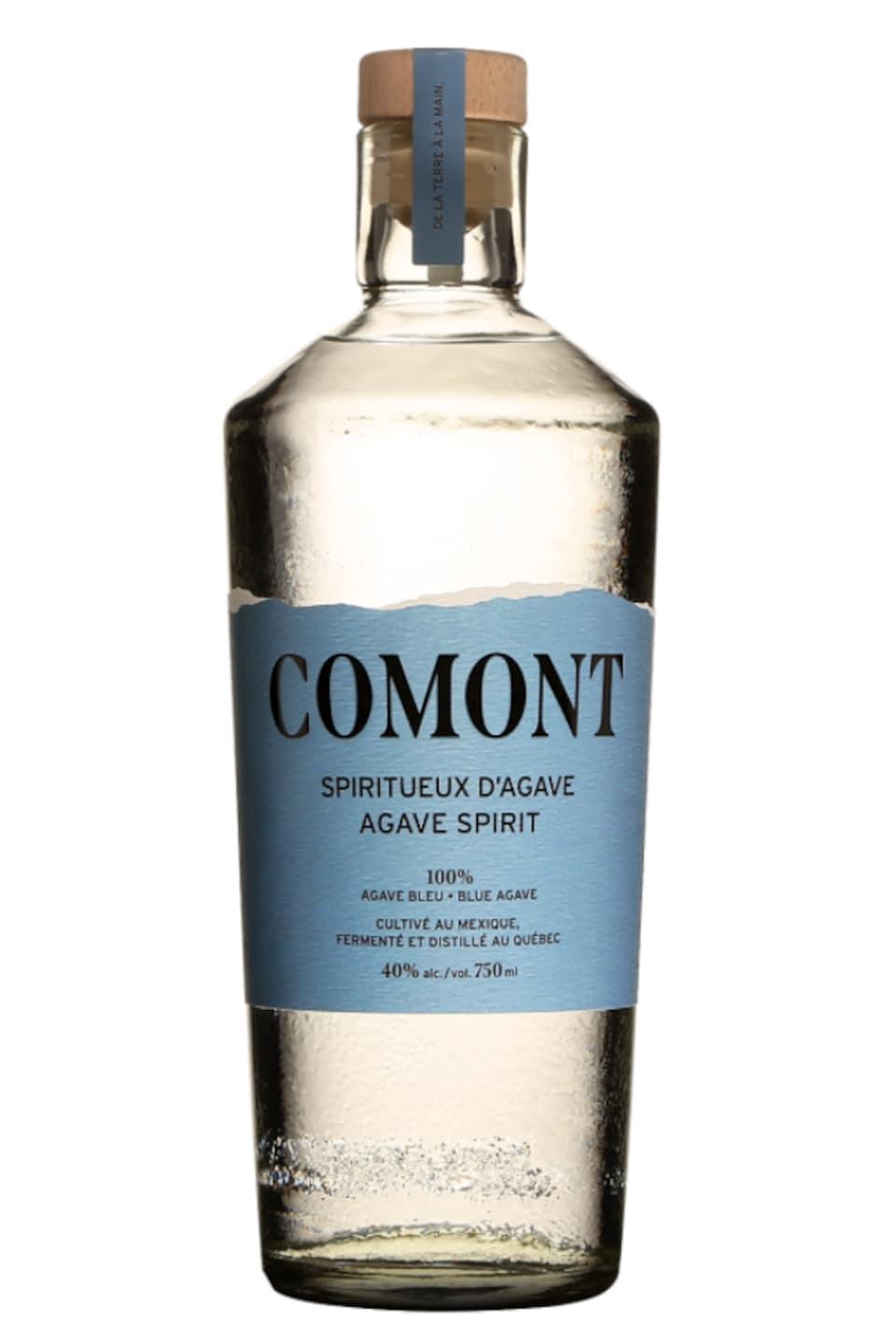 Une bouteille de spiritueux transparent avec une étiquette bleue.