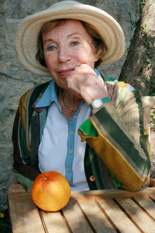 L'écrivaine Benoîte Groult pose le 7 avril 2007 dans le jardin de sa maison à Hyères, en France.
