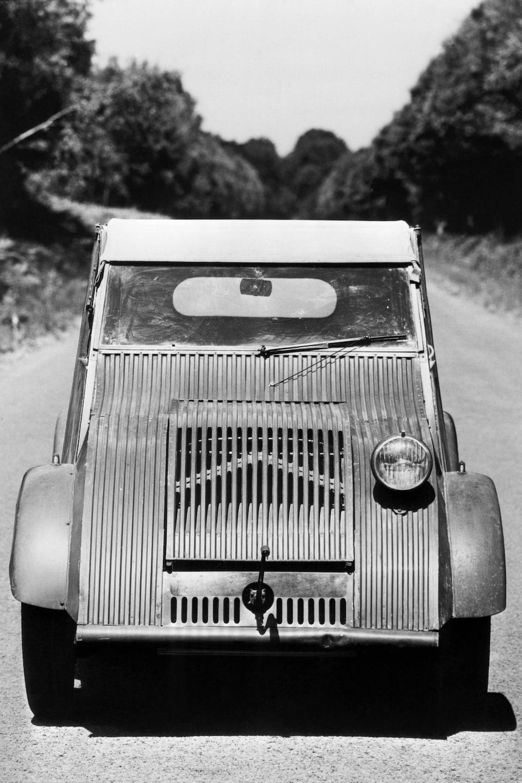 Modèle de la Citroën 2 CV datant de 1939, vu de face.