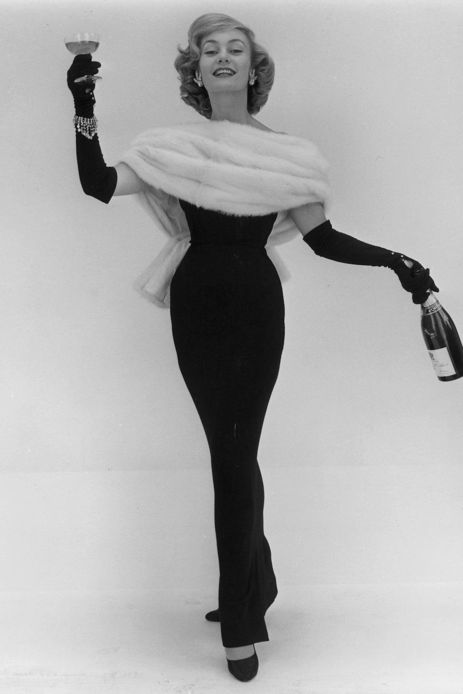 Mannequin portant une création de Christian Dior en 1956.