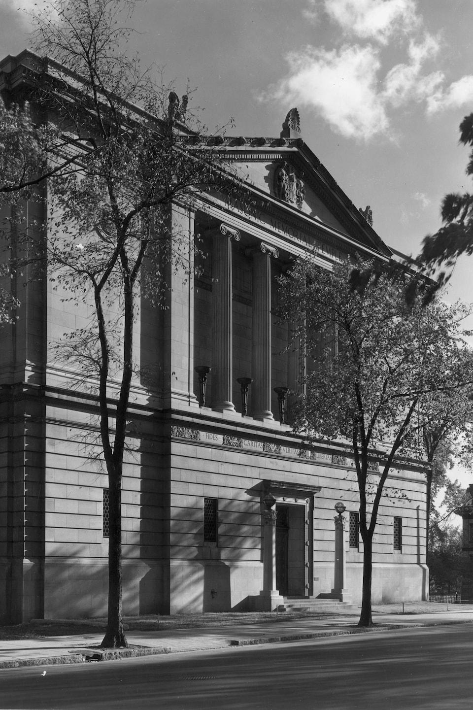 Photo en noir et blanc du temple maçonnique de Montréal en 1943.