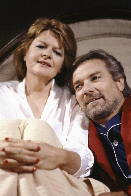 Luce Guilbeault et Michel Dumont au lit dans Des dames de cœur.