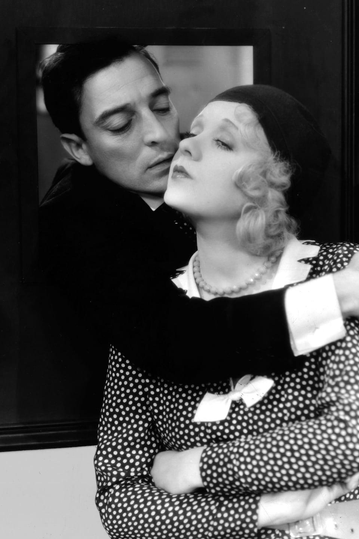 Buster Keaton enlace Anita Page dans une scène du film Sidewalks of New York (1931).