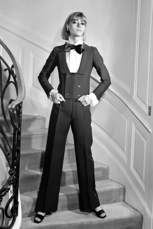 Photo prise en 1967 d'une mannequin portant le smoking pour femme du couturier Yves Saint-Laurent.