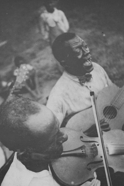 Un violoniste et un guitariste en prestation en 1934.