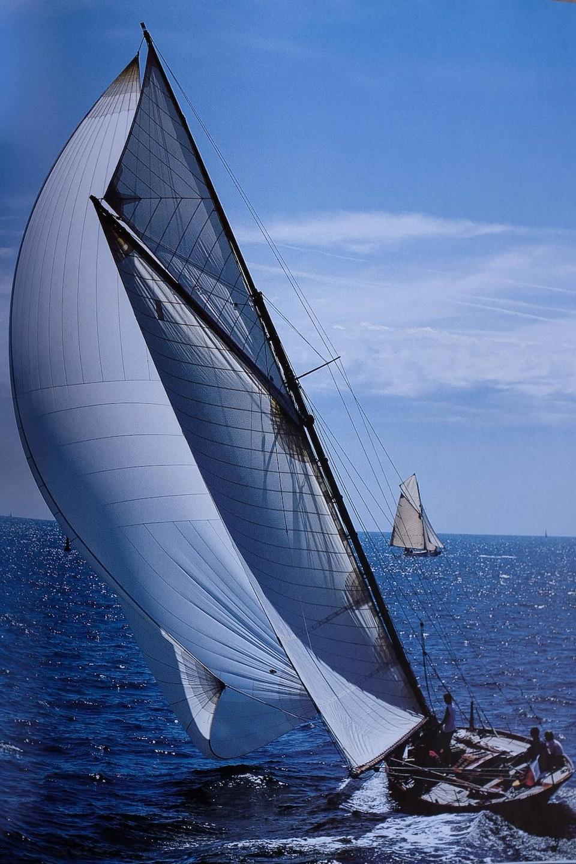 Le navigateur Éric Tabarly aux commandes du Pen Duick.
