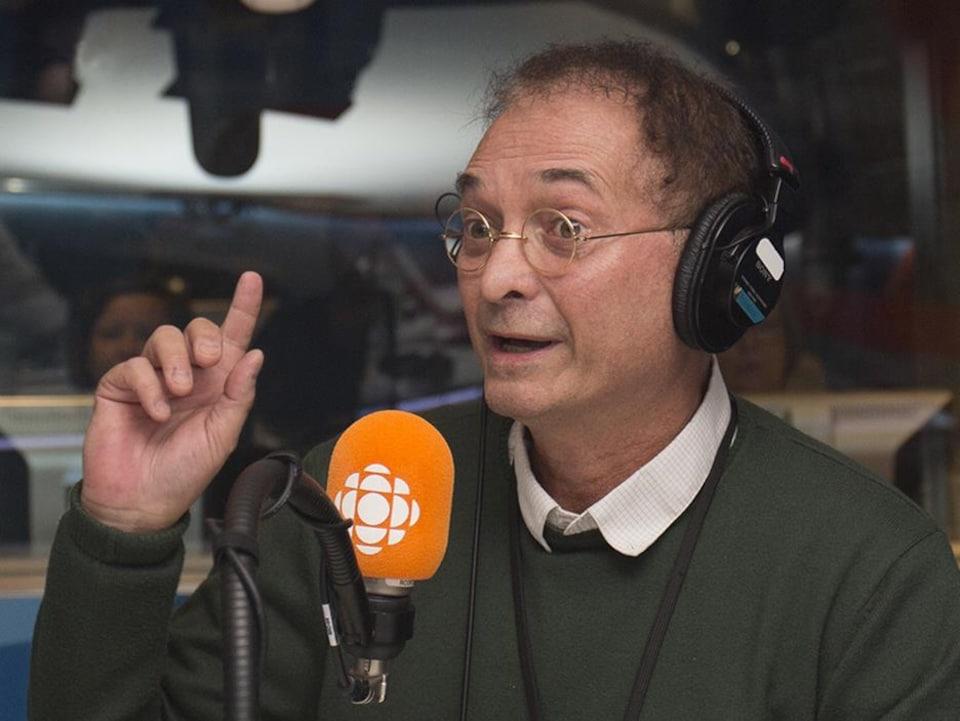 Normand Baillargeon durante una entrevista con ICI Première.