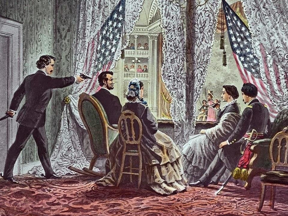 Dessin en couleur montrant la loge présidentielle du Théâtre Ford avec le président, sa femme et deux invités, tous de dos, et le tireur, de profil derrière Lincoln, qui tire dans sa nuque.