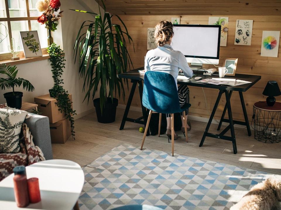 Une femme travaille de la maison.