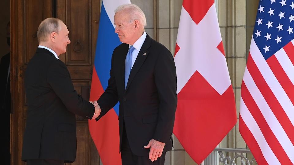 Vladimir Poutine et Joe Biden se serrent la main.