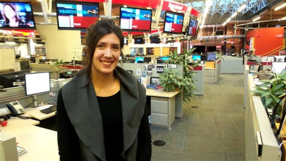 Aurélia Bizouard souriante dans salle de nouvelles de Vancouver
