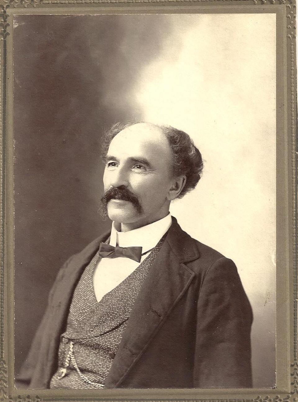Photo en noir blanc, François-Xavier Champagne porte la moustache