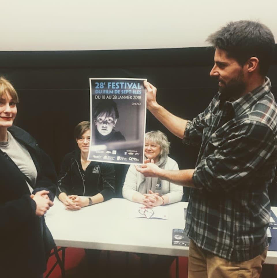 Quelques membres du comité organisateur du festival Ciné 7 présentent l'affiche 2018