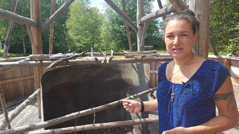 Notre guide Barbara Bulowski nous présente un four traditionnel. Des festins et des fêtes sont organisés ici.