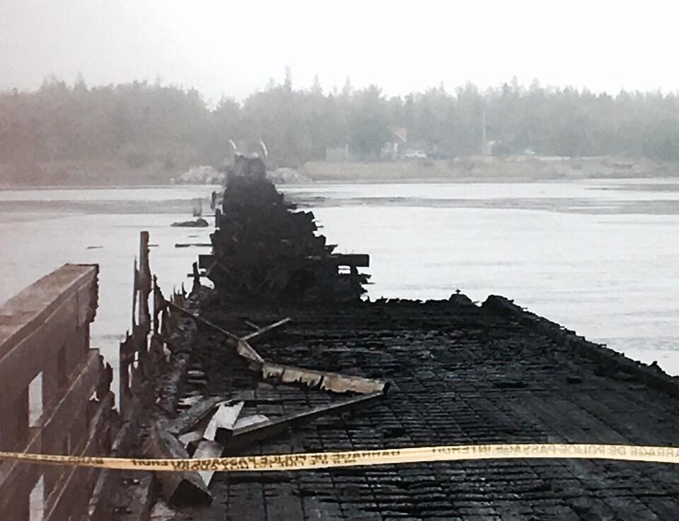 Les restes du vieux pont de bois incendié d'Inkerman, N.-B.
