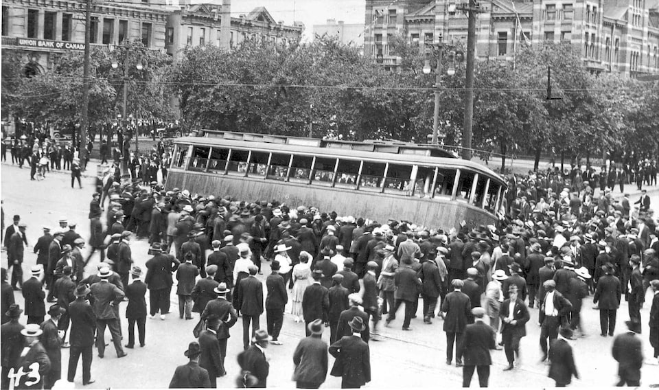 Un tramway est renversé lors de la grève de Winnipeg en 1919.