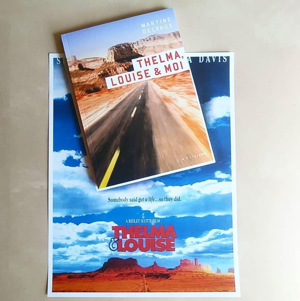 Un livre et une affiche du désert de l'Arizona.