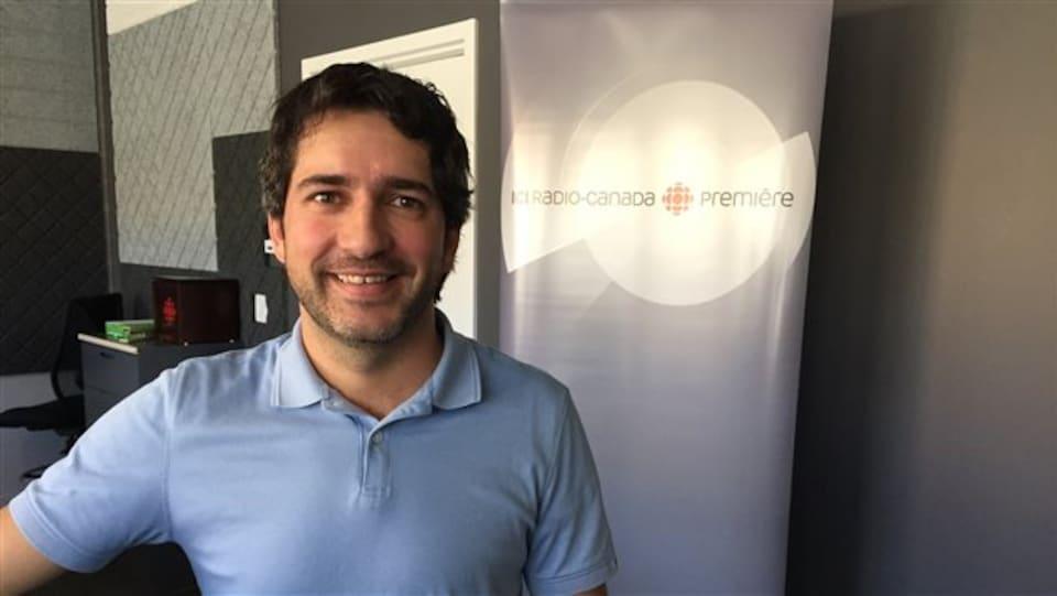 Daniel Barrette dans les studios de Radio-Canada à Sudbury