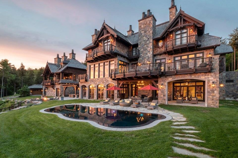 La luxueuse demeure de l'ex-hockeyeur Mario Lemieux devant un coucher de soleil.