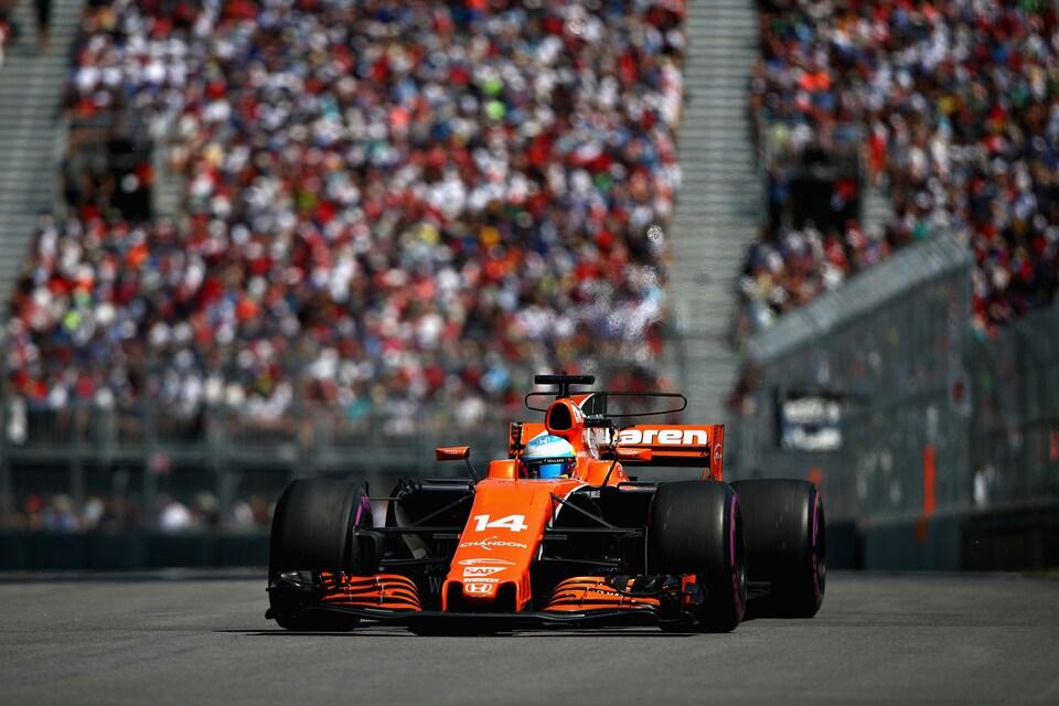 Une voiture de formule 1 négocie un virage sur le circuit Gilles-Villeneuve.
