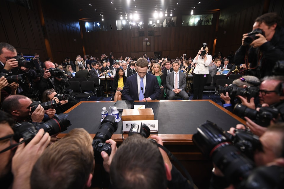 Mark Zuckerberg baisse le regard.