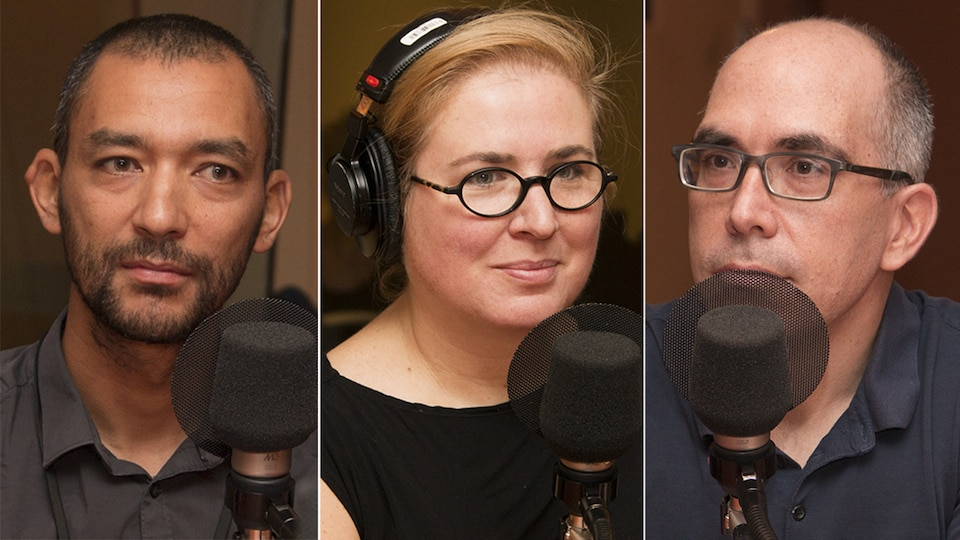 Pierrich Plusquellec, Nadia Seraiocco et Jocelyn Maclure devant des micros du studio 18 lors d'une entrevue accordée à Catherine Perrin, à Montréal