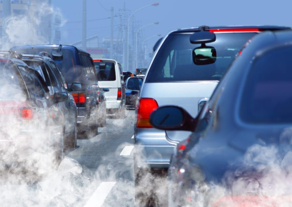 Les voitures émettent de la pollution.