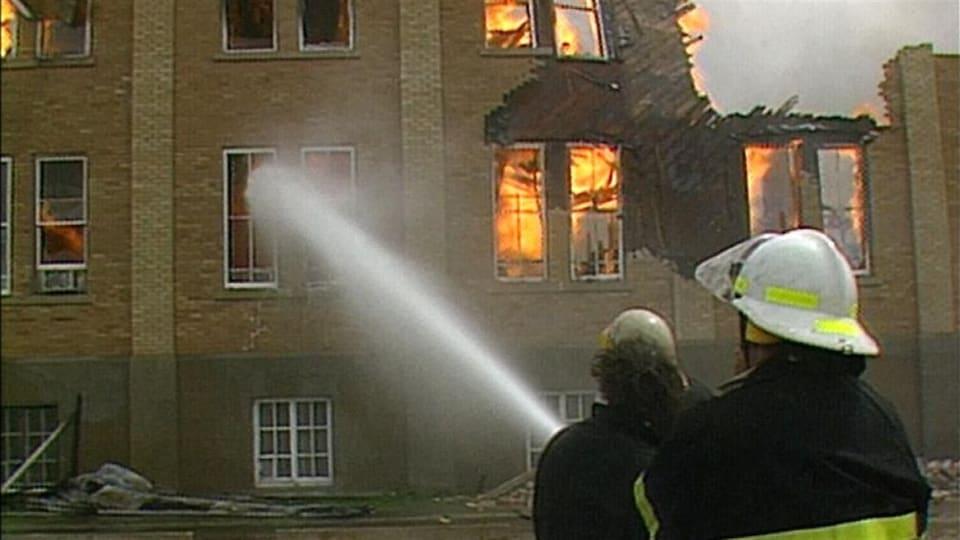 Pompiers en action pour éteindre le feu du Collège Mathieu en 1988.