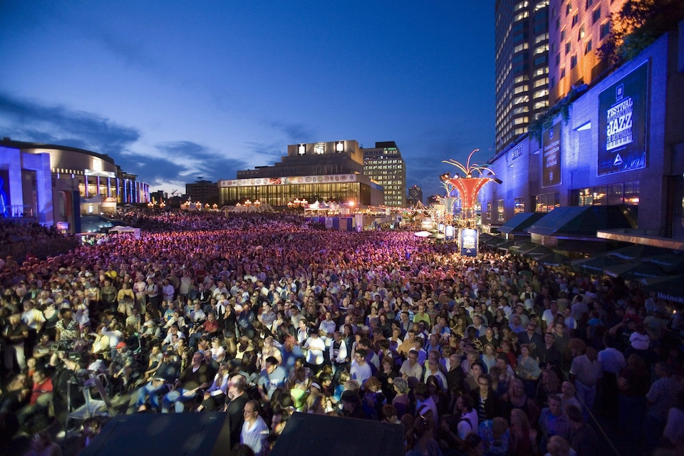 Une foule nombreuse assiste à un spectacle gratuit du Festival de jazz en 2007.