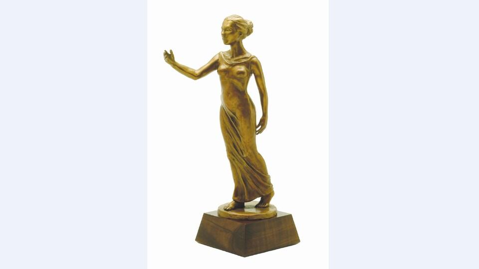 Une statuette de bronze représentant une femme.