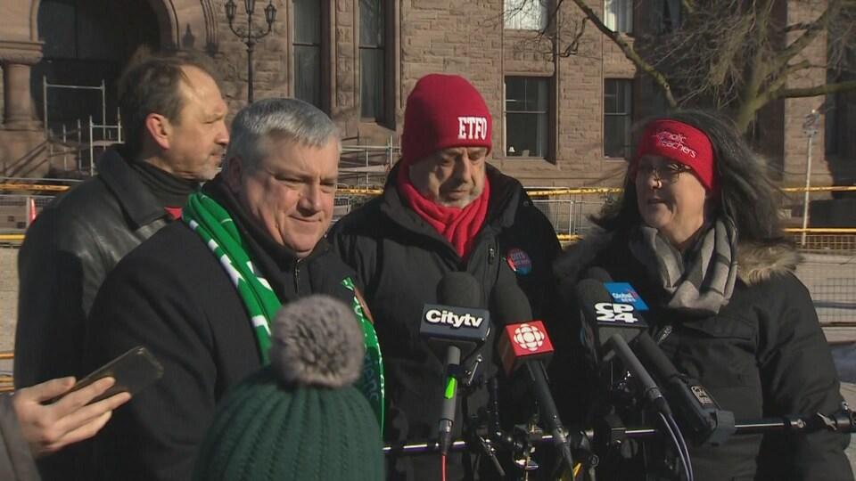 Les présidents des quatre principaux syndicats d'enseignants de l'Ontario parlent à la presse devant l'Assemblée législative provinciale, à Toronto.