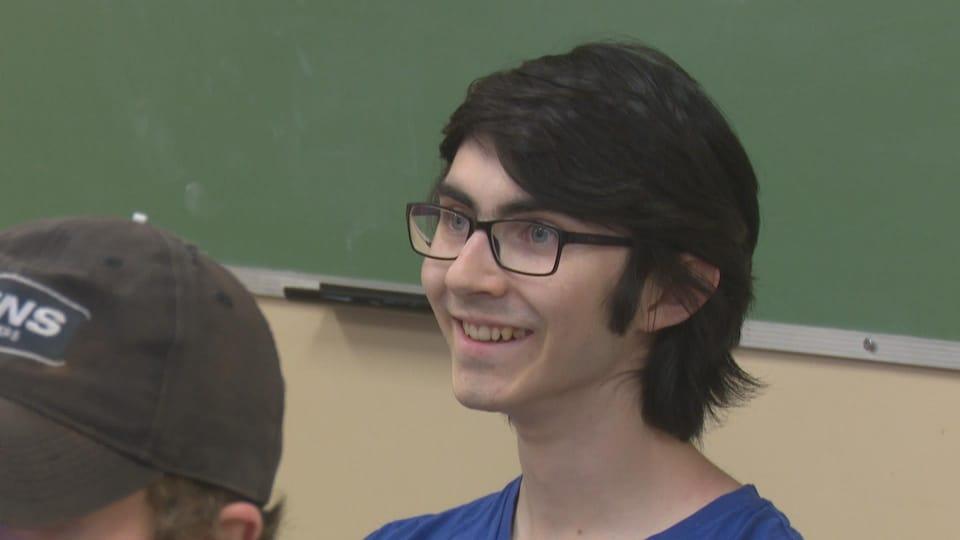 Alexandre Chiasson sourit.