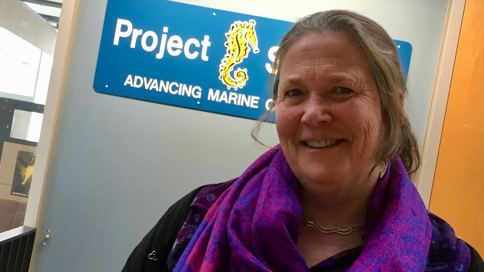 Amanda Vincent devant le laboratoire de Project Seahorse.
