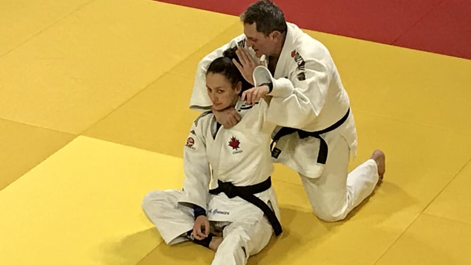 Le père et la fille effectuent une prise de judo.